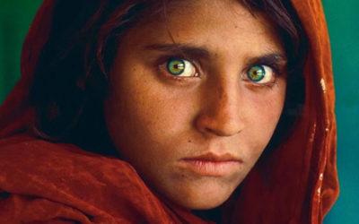 Des sous-bocks personnalisés au visage de Sharbat Gula pour l'exposition de l'artiste Steve McCurry