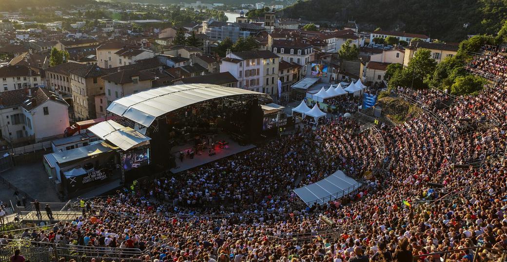 Le festival Jazz à Vienne fait sa promotion en s'affichant dans les commerces de proximité avec la dépose publicitaire