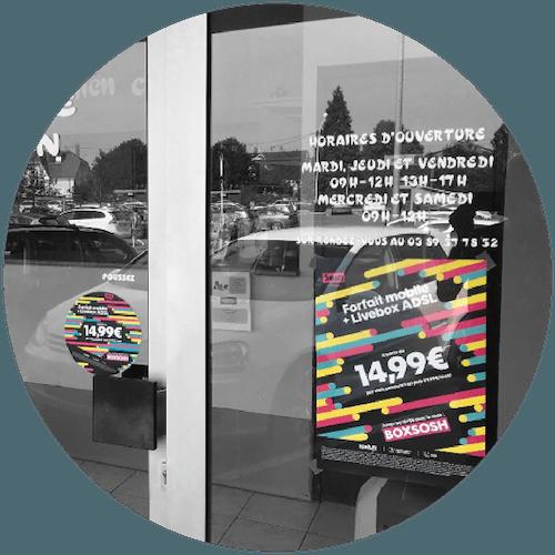 Vitrophanie, Affiche sur les vitrines des commerces de proximité
