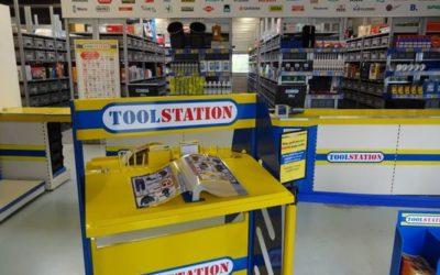 Toolstation ouvre son nouveau magasin à Lyon 8ème et fait sa promotion en affichage A3 et sac à pain publicitaire